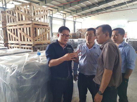Đoàn công tác thăm nhà máy chế biến