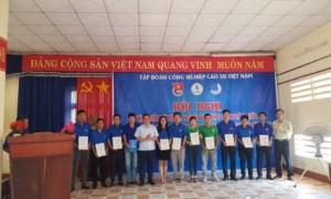 Các đồng chí cán bộ Đoàn nhận giấy chứng nhận tham gia tập huấn