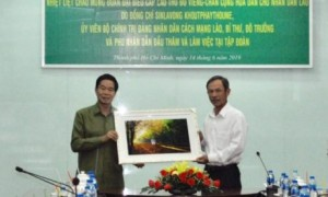 Lãnh đạo VRG tặng quà lưu niệm cho đ/c Sinlavon Khoutphaythoume – UV Bộ Chính trị Đảng Nhân dân Cách mạng Lào, Bí thư, Đô trưởng Thủ đô Viêng Chăn.