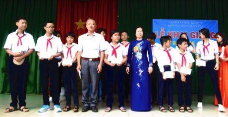 Ông Trần Quang Ba – Phó TGĐ Công ty CP Chế biến Gỗ Đồng Nai (khối trưởng) trao 13 suất học bổng tại Trường Tiểu học Xuân Lập