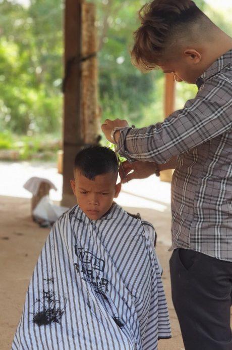 Đoàn tình nguyện cắt tóc miễn phí cho công nhân và người dân trong vùng dự án