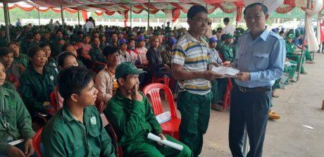 ông Eang So Phep giám đốc sở lao động trao quà cho công nhân
