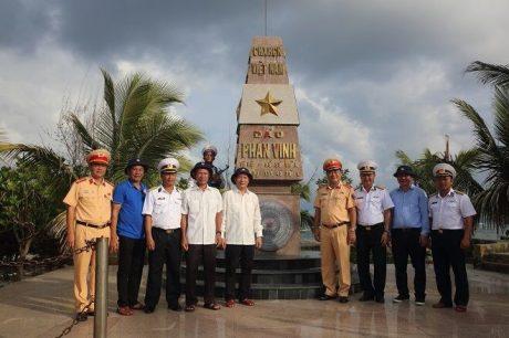 Đoàn công tác tại cột mốc chủ quyền trên đảo Phan Vinh