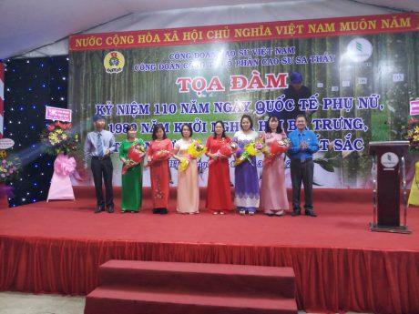 Ông Tạ Thúc Bình - Chủ tịch Công Đoàn và ông Nguyễn Khắc Thanh - Phó TGĐ Công ty, tặng hoa cho đại diện nữ  các đơn vị trực thuộc