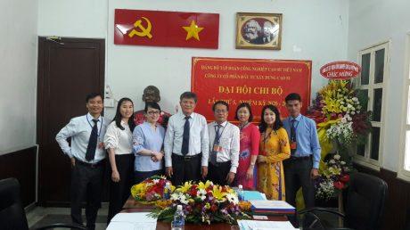 Đ/c Nguyễn Gia Định - Bí thư Chi bộ khóa mới (thứ 4 từ phải sang) chụp hình lưu niệm cùng lãnh đạo VRG và đảng viên trong Chi bộ