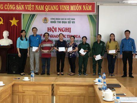 Bà Trương Thị Huế Minh - Phó Chủ tịch Công đoàn Cao su VN trao quà cho công nhân.
