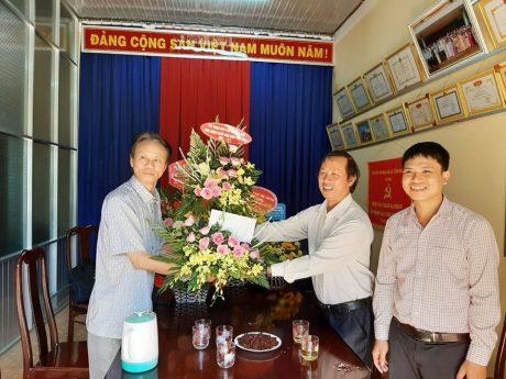 Ông Trương Công Lực – Chủ tịch Công đoàn Cao su Ea H'Leo tặng hoa cho thầy Hoàng Minh Ngọc (áo ngắn tay) – Hiệu trưởng trường THPT Phan Chu Trinh.