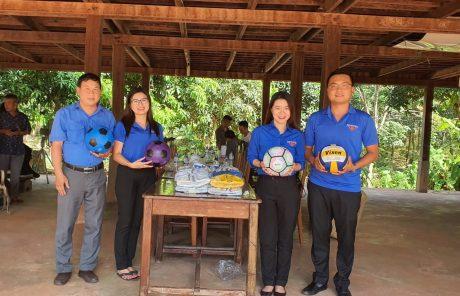 Đoàn tình nguyện tặng 100 quả bóng