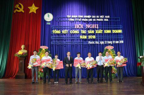 Lãnh đạo VRG khen thưởng cho các Nông trường về trước kế hoạch năm 2018
