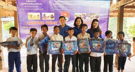 Đoàn tình nguyện tặng quà các em học sinh con công nhân cao su