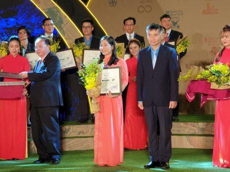 Chị Lê Thị Xuyến - Phó TGĐ Công ty CP Chế biến Gỗ Thuận An đại diện đơn vị nhận danh hiệu