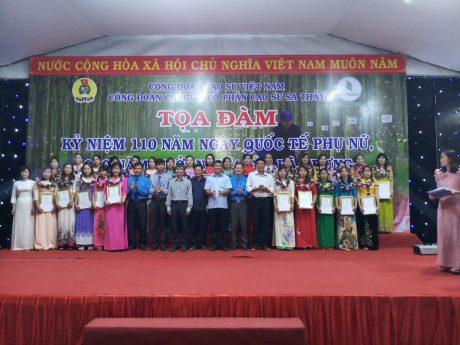 30 nữ CNVC- LĐ xuất sắc chụp hình lưu niệm với lãnh đạo công ty và BTC