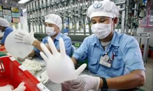 Sản xuất găng tay tại Malaysia.