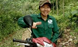 Trên đường lên lô dù đường sá khó khăn nơi vùng núi cao su Nghệ An, nhưng nụ cười lạc quan của cô công nhân vẫn thường trực trên môi. Ảnh: Trần Hoài.