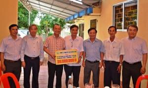 Đại diện lãnh đạo công ty và công đoàn trao tặng tiền hỗ trợ CN khó khăn.