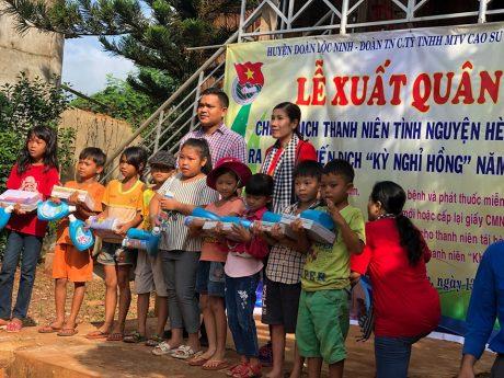 Ông Điểu Khim – Phó chủ tịch UBND xã Lộc An lên tặng sách giáo khoa cho các em học sinh có hoàn cảnh khó khăn