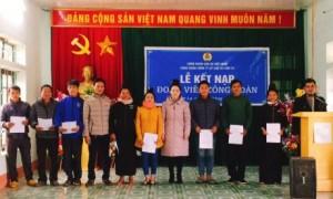 Đại diện lãnh đạo Công đoàn công ty trao quyết định kết nạp cho các đoàn viên