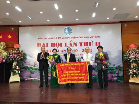 Bộ NN&PTNT tặng Tổng hội bức trướng ghi nhận những đóng góp của Tổng hội trong xây dựng Nông thôn mới.