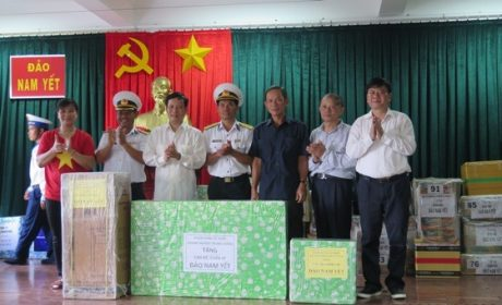 Đoàn công tác của Đảng ủy Khối DNTW thăm và tặng quà cho cán bộ, chiến sĩ và nhân dân trên đảo Nam Yết.