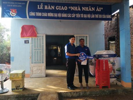 Đ/c Phan Huy Thành – Bí thư Đoàn Thanh niên Công ty  Trao quyết định bàn giao nhà và tặng quà cho gia đình đoàn viên