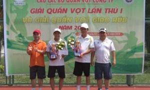 Ông Nguyễn Đức Hoàng - Phó Chủ tịch Ủy ban nhân dân tỉnh Gia Lai và ông Rơ Lan Chung - Trưởng ban nội chính tỉnh ủy trao giải nhất cho cặp VĐV Lê Thành Hoàng và Võ Đức Toàn.