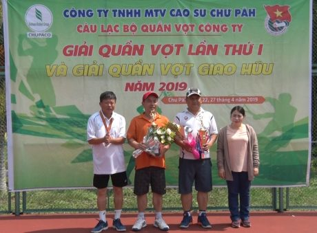 Ông Phạm Đình Luyến - TGĐ công ty trao giải nhất giao hữu cho cặp VĐV Nguyễn Đức Hoàng và Rơ Lan Chung