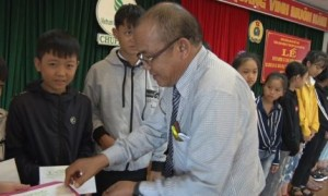 Ông Sia Hoal - Phó TGĐ, Chủ tịch Công đoàn công ty trao thưởng cho các em học sinh