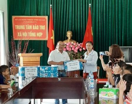 Ông Siu Hoal Phó TGĐ Công ty trao quà cho các em ở Trung tâm BTXHTH tỉnh