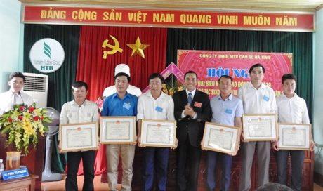 Phó TGĐ VRG Lê Thanh Tú trao bằng khen tại Hội nghị NLĐ Công ty Cao su Hà Tĩnh