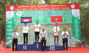 Lãnh đạo công ty trao thưởng cho các nông trường đạt thành tích cao hội thi