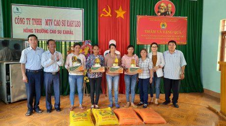 Ông Trương Công Lực – Chủ tịch Công đoàn Công ty TNHH MTV Cao su Ea H'Leo trao quà cho công nhân Nông trường cao su Ea Răl.
