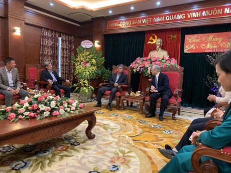 Ông Nguyễn Tiến Đức - Phó TGĐ VRG cùng ông Hứa Ngọc Hiệp - Nguyên Phó TGĐ VRG thăm, chúc Tết UBND tỉnh Sơn La.